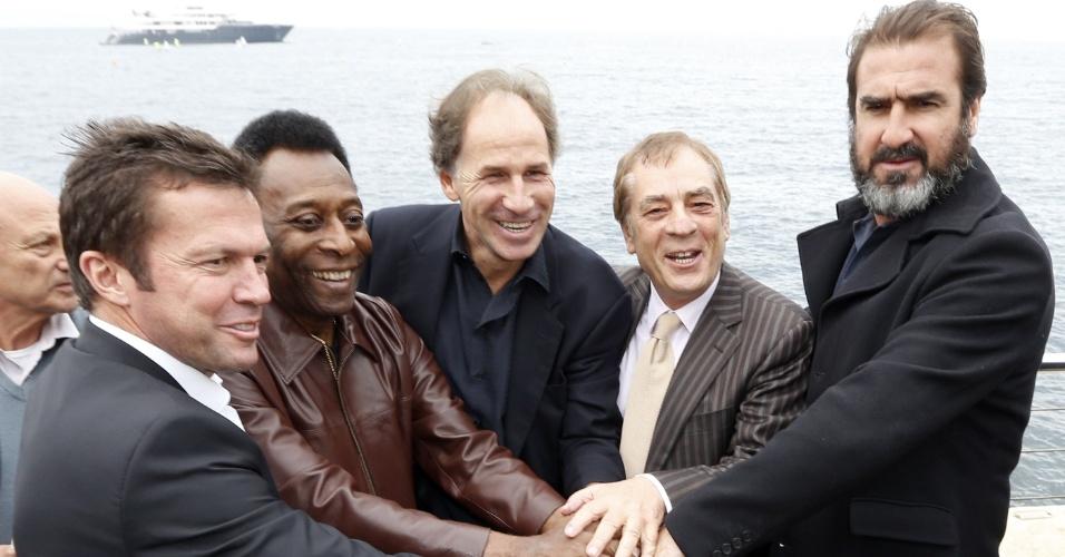 Os ex-jogadores Lothar Matthaus, Pelé, Baresi e Eric Cantona e o empresário Antonio Caliendo reuniram-se nesta quarta-feira em Mônaco na premiação Golden Foot 2012 (17/10/2012)