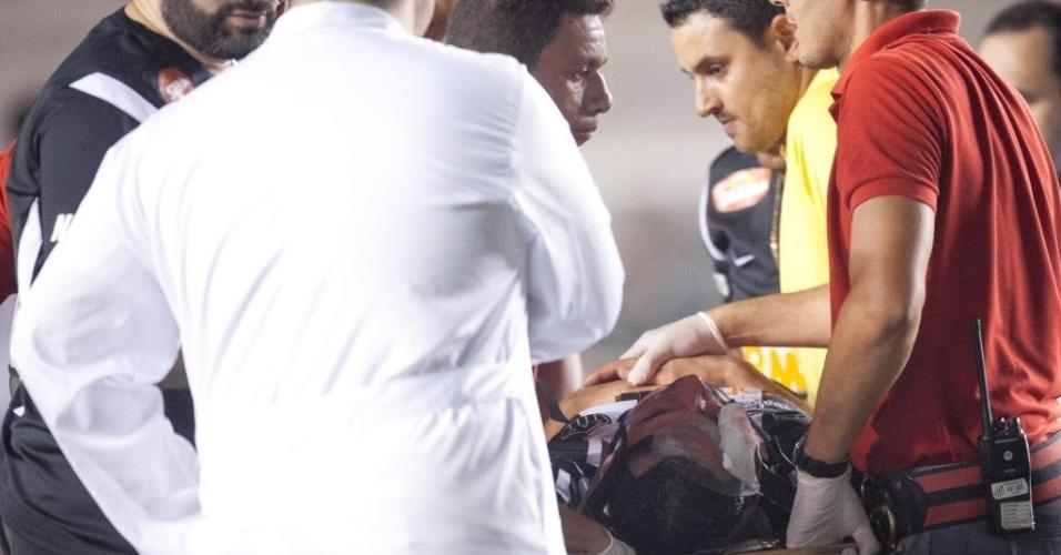 17.out.2012 - Rafael Marques, do Atlético-MG, é retirado de maca do gramado após ficar desacordado no jogo com o Santos