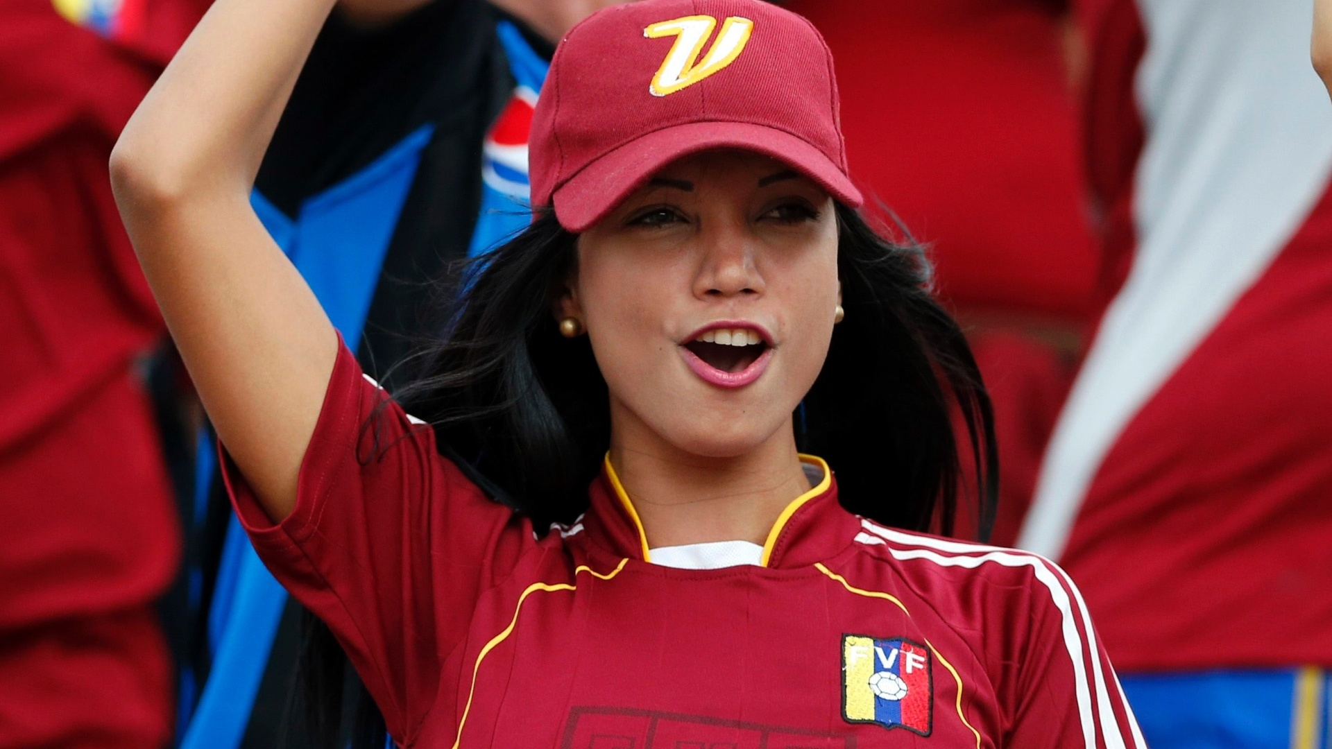 Venezuelana acompanha gritos da torcida em jogo contra o Equador nas elimintorias