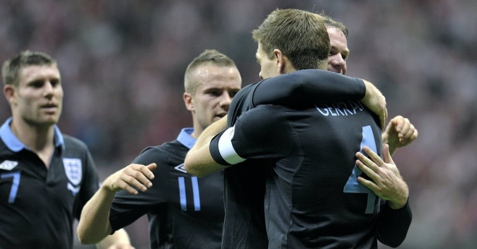 Wayne Rooney celebra com Gerrard o primeiro gol da Inglaterra contra a Polnia, pelas Eliminatrias europeias para a Copa de 2014