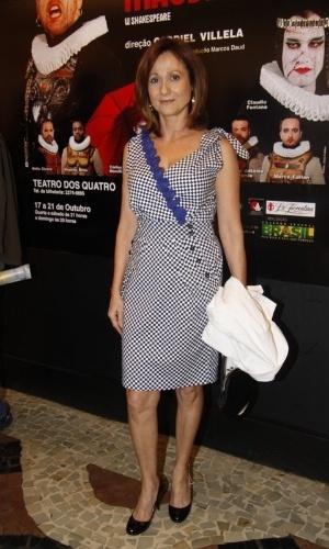 http://imguol.com/2012/10/17/zeze-polessa-prestigiou-a-pre-estreia-da-peca-macbeth-com-marcelo-antony-em-um-teatro-da-zona-sul-do-rio-171012-1350520342587_300x500.jpg