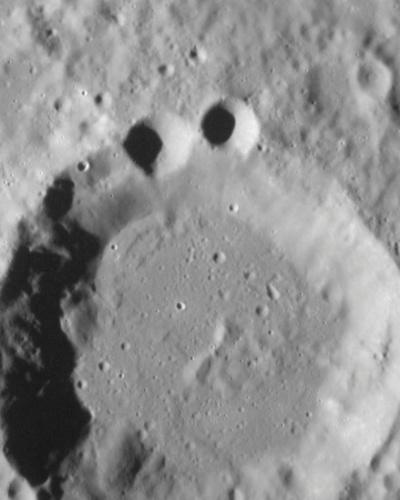 18.out.2012 - A imagem, divulgada pela Nasa (agência espacial americana), mostra duas crateras menores na borda de uma antiga cratera na superfície de Mercúrio. De acordo com astrônomos, a sobreposição de crateras permite aos cientistas determinar qual superfície precedeu a outra e compreender de forma mais fácil a história geológica de diferentes regiões da superfície