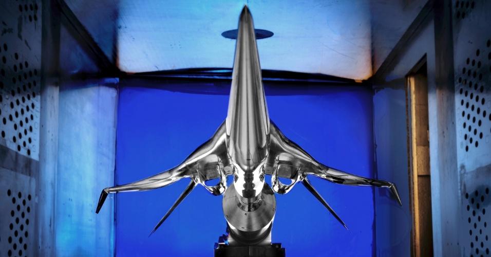 18.out.2012 - A imagem mostra um modelo de uma potencial aeronave projetada pela Boeing Company e instalada no túnel de vento supersônico no centro de pesquisas Glenn da Nasa (agência espacial americana), em Ohio, nos Estados Unidos. O modelo foi criado para reduzir o nível de ruído sônico gerado pelo voo supersônico