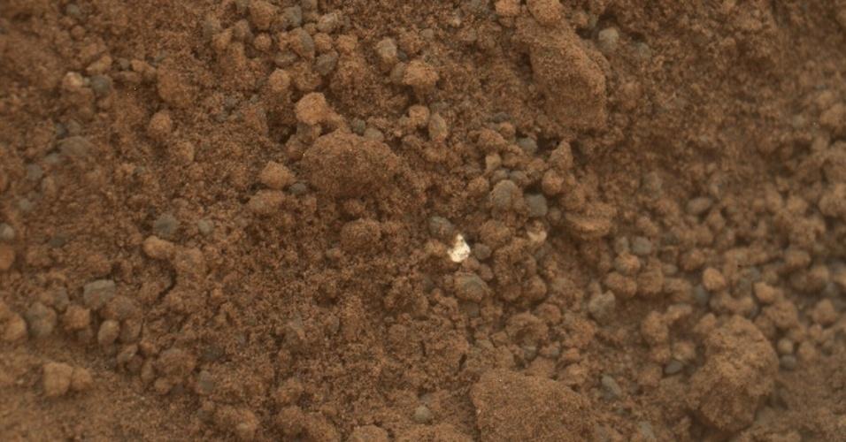 18.out.2012 - Os cientistas da Nasa (Agência Espacial Norte-Americana) divulgaram nesta quinta-feira (18) que o Curiosity começou a analisar os pedaços brilhantes encontrados no solo de Marte na semana passada - a equipe chegou a cogitar que os objetos eram parte do material plástico do robô. Os exames devem ficar pronto dentro do prazo de um mês