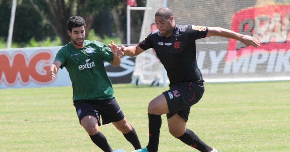 Adriano, atacante do Flamengo, tenta a jogada em jogo-treino contra o Audax