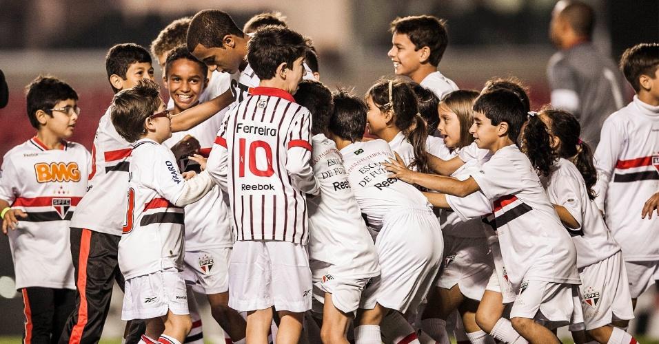 Atacante Lucas é assediado por crianças ao entrar em campo no Morumbi para a partida contra o Atlético-GO