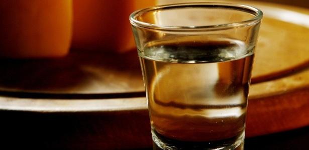 O consumo diário máximo de álcool para homens deve ser de duas doses; para mulheres, apenas uma