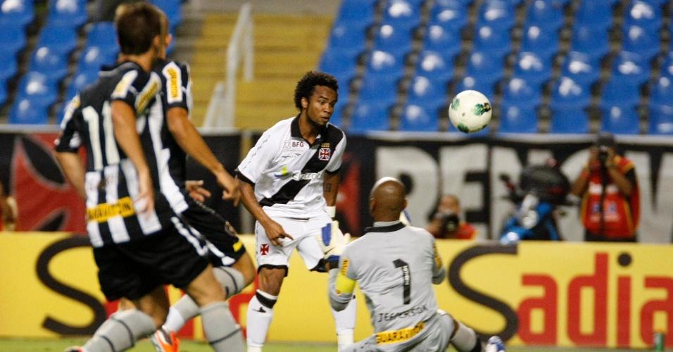 Goleiro Jefferson, do Botafogo, defende bola de Carlos Alberto durante clássico no Engenhão
