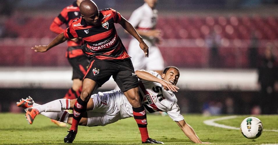 Gustavo, do Atlético-GO, comete falta em Lucas, do São Paulo, durante jogo no Morumbi