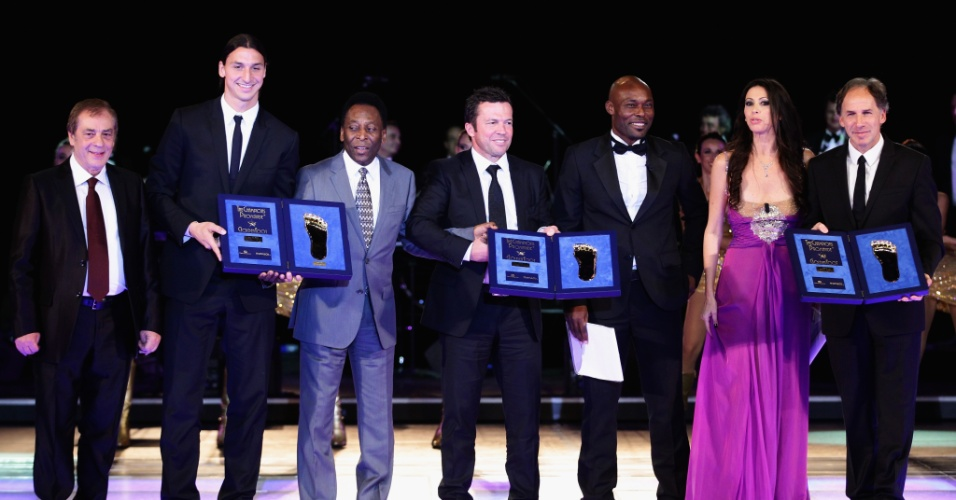 Ibrahimovic recebeu prêmio das mãos de Pelé