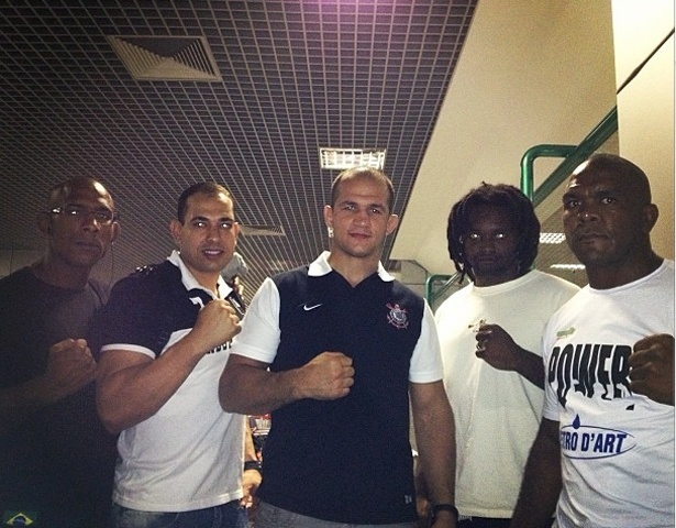 Júnior Cigano e seus companheiros de treino embarcam para SP para a primeira sessão de treinos do campeão dos pesos pesados no Corinthians