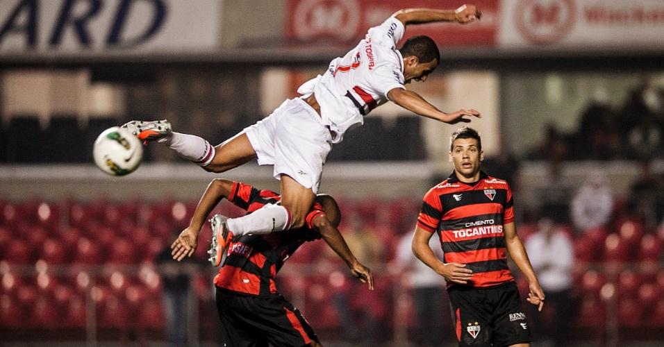 Lucas cai após dividida de bola na partida contra o Atlético-GO no Morumbi