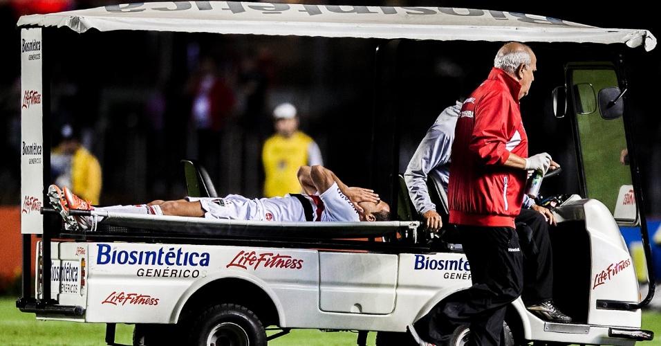 Lucas deixa o gramado do Morumbi de maca durante a partida contra o Atlético-GO