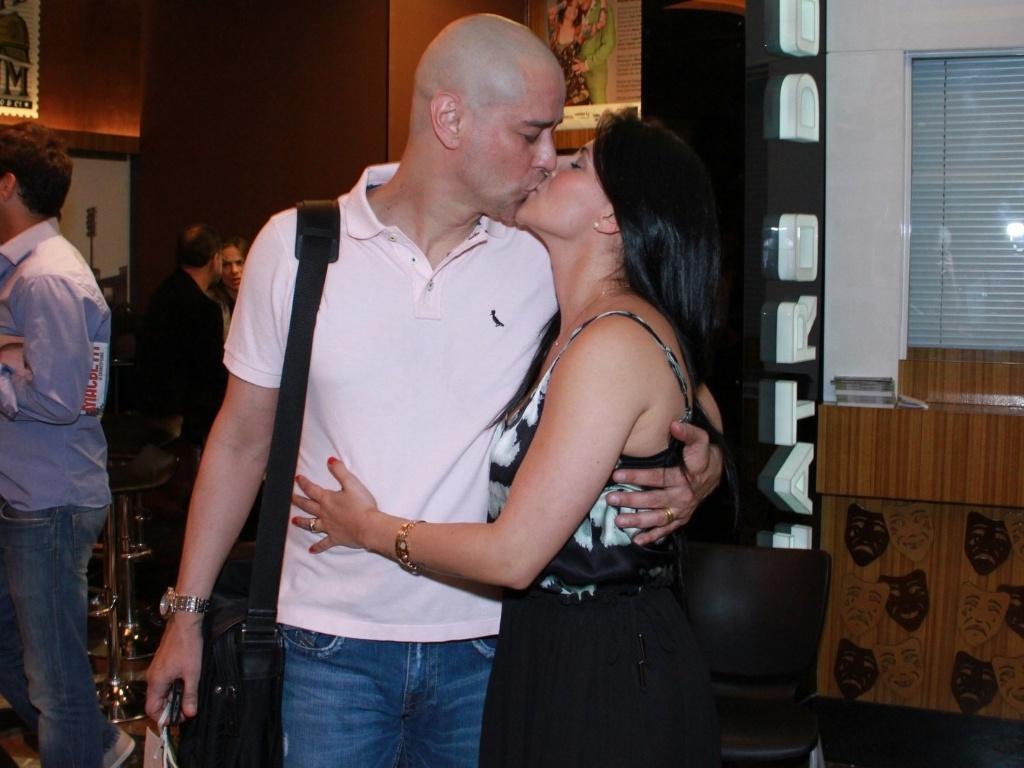 Marcello Antony ganha beijo da esposa após estréia da peça