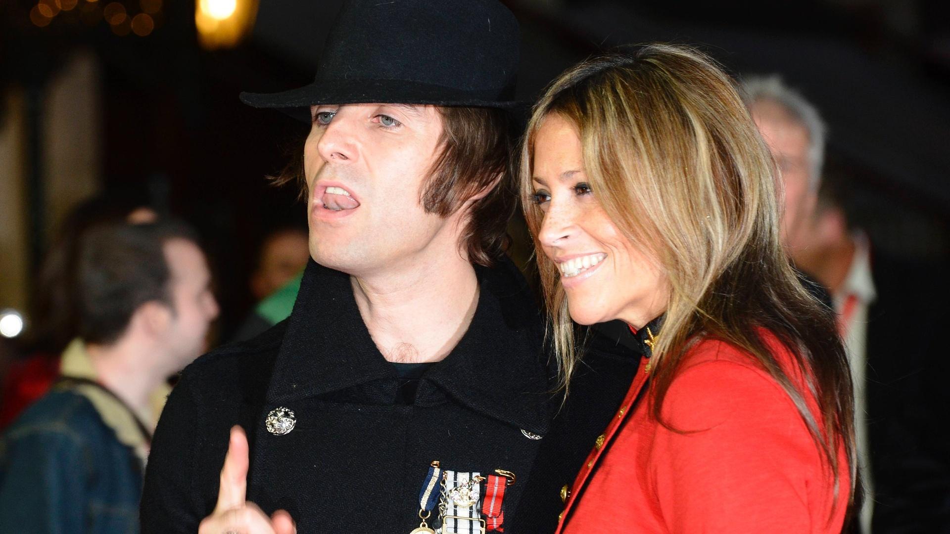 O cantor Liam Gallagher, ex-Oasis, e sua mulher, a cantora Nicole Appleton, participam da première de novo filme dos Stones, em Londres (18/10/12)