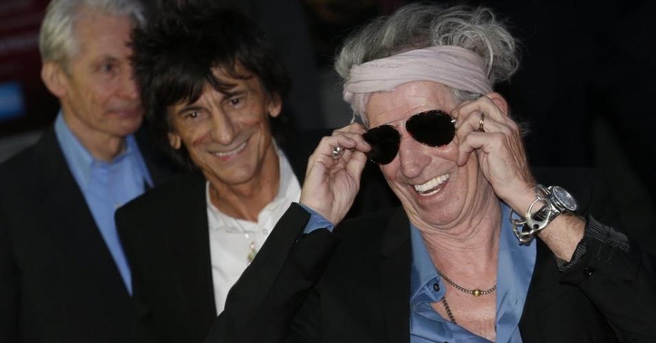 O guitarrista Keith Richards faz graça para os fotógrafos durante a première de