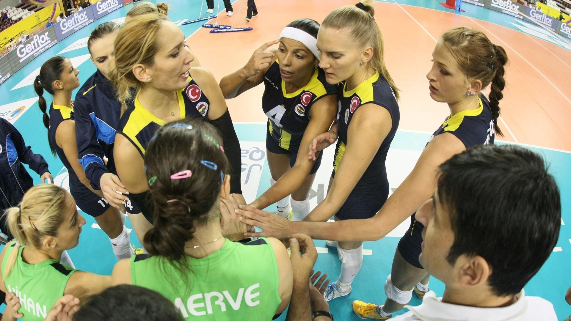 Paula Pequeno (4) e Mari conversam em tempo do Fenerbahce em derrota da equipe na semifinal do Mundial de Clubes