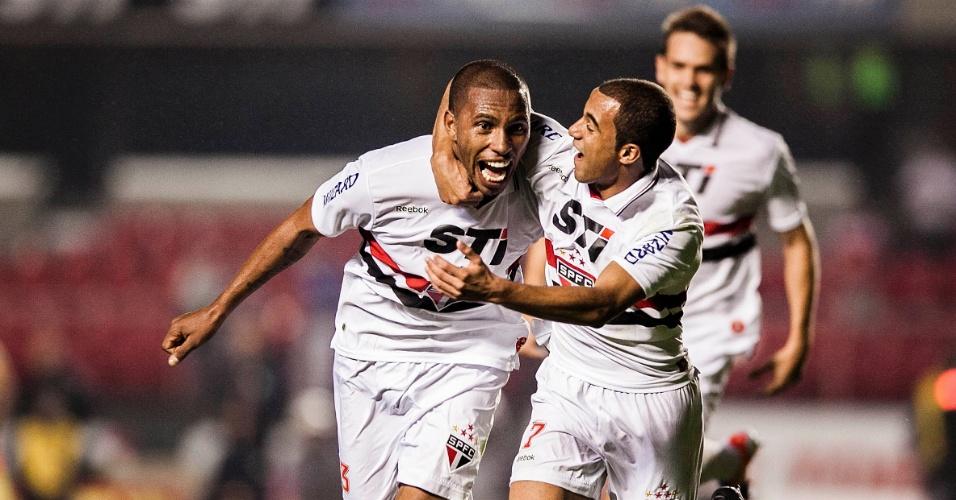 Paulo Miranda comemora com Lucas gol marcado contra o Atlético-GO no Morumbi, o primeiro do São Paulo no jogo