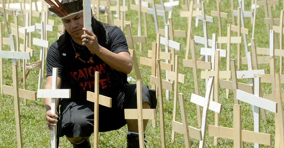 19.out.12 - Um índio guarani-kaiowá coloca uma cruz simbolizando os mortos em frente ao Congresso Nacional, em protesto que pede proteção a índios da etnia no Mato Grosso do Sul, ameaçados de expulsão da área por fazendeiros