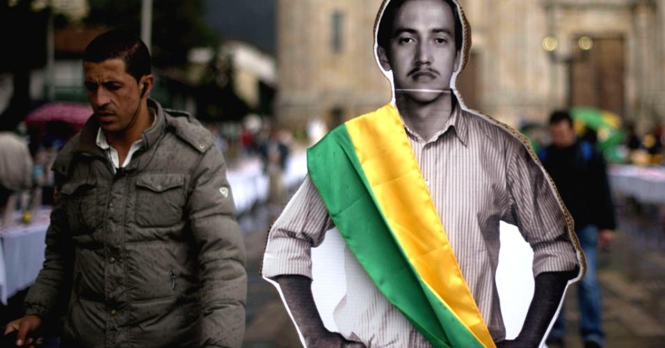19.out.2012 - Ato realizado na quinta-feira (18) na praça Bolívar, em Bogotá, relembra membros do partido União Patriótica assassinados na década de 80 na Colômbia. O partido, de esquerda, surgiu de uma coalização entre as Farc e o partido comunista colombiano como parte das negociações de paz com o governo conservador de Belisario Betancur. Seus líderes foram mortos por esquadrões da morte do exército