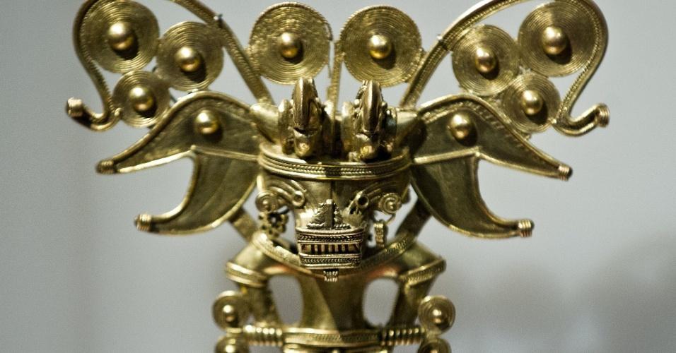 19.out.2012 - Objeto de ouro faz parte de exposição no Museu Nacional de Culturas, na Cidade do México. Mais de 250 peças, como ornamentos de ouro, vasos de barro e pedras vulcânicas fazem parte da mostra que revela a arte pre-hispânica da Colômbia