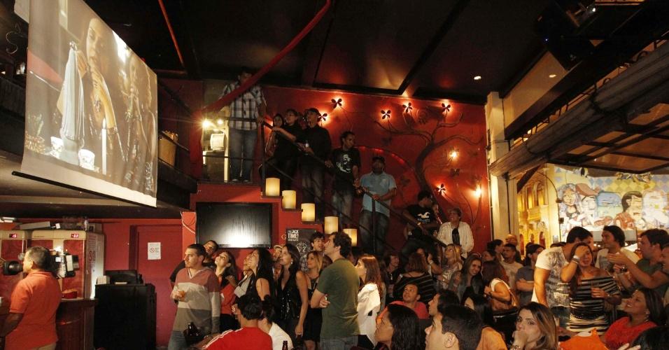 ... .2012 - Pessoas assistem capítulo final da novela Avenida Brasil