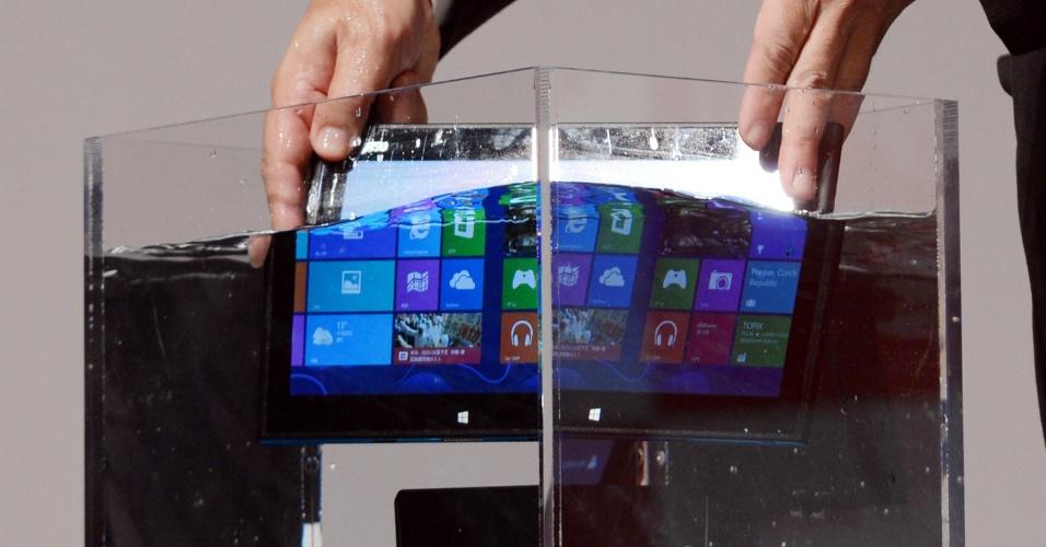 19.out.2012 - Tablet à prova d'água da Fujitsu é demonstrado em Tóquio, Japão. O Arrows Tab Qh55/J traz como sistema o Windows 8 e, segundo a fabricante, é o ultraportátil mais fino resistente à líquidos, com 9,9 mm de espessura. O tablet será vendido a partir de novembro, mas ainda não teve o preço revelado