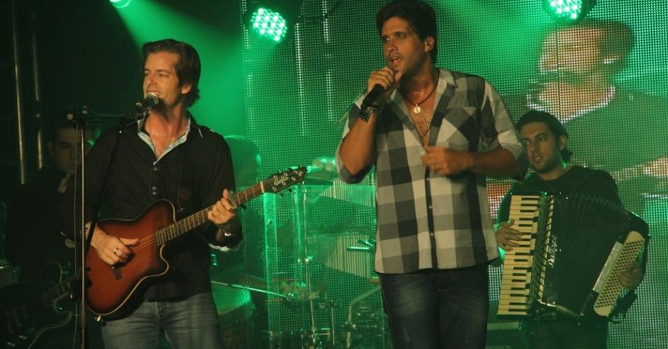 A dupla sertaneja Victor e Leo se apresenta em São Bernardo do Campo (SP). O show comemorou o aniversário do restaurante da família Demarchi (18/10/12)