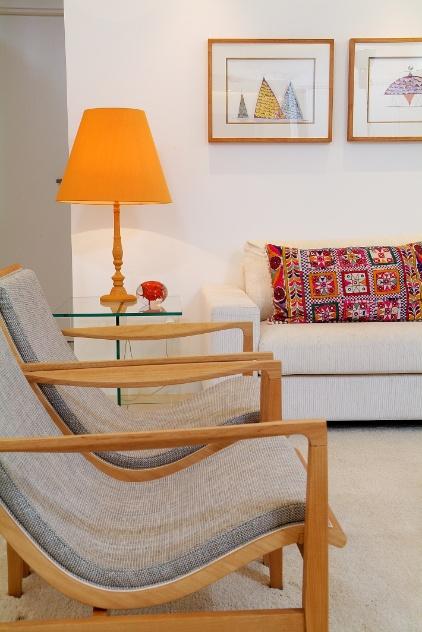 A combinação do linho das poltronas e do sofá (Home Design) quebram a extensão do branco na base da composição dos interiores. O projeto Lauria é assinado pelos arquitetos Gabriel Magalhães e Luiz Claudio Souza