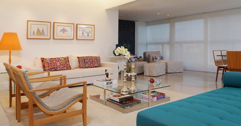 Na parede, acima do sofá, os desenhos são de autoria de Leonel Mattos (Fábio Pena Cal Galeria de Arte). O projeto de interiores do apê Lauria é dos arquitetos de interiores Gabriel Magalhães e Luiz Claudio Souza
