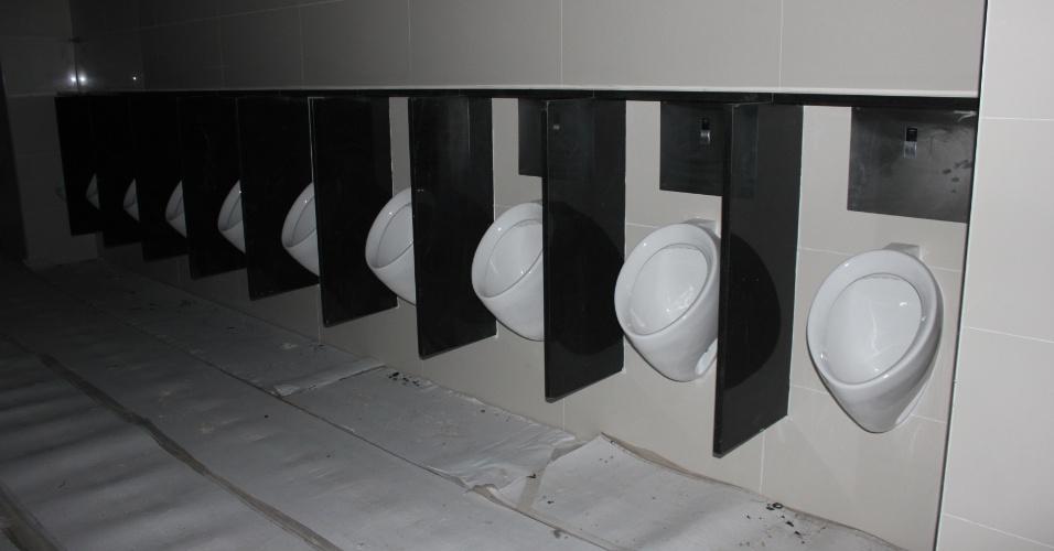 19.10.2012 - Banheiros do Itaquerão são montados pela construtora Odebrecht na segunda quinzena de outubro de 2012