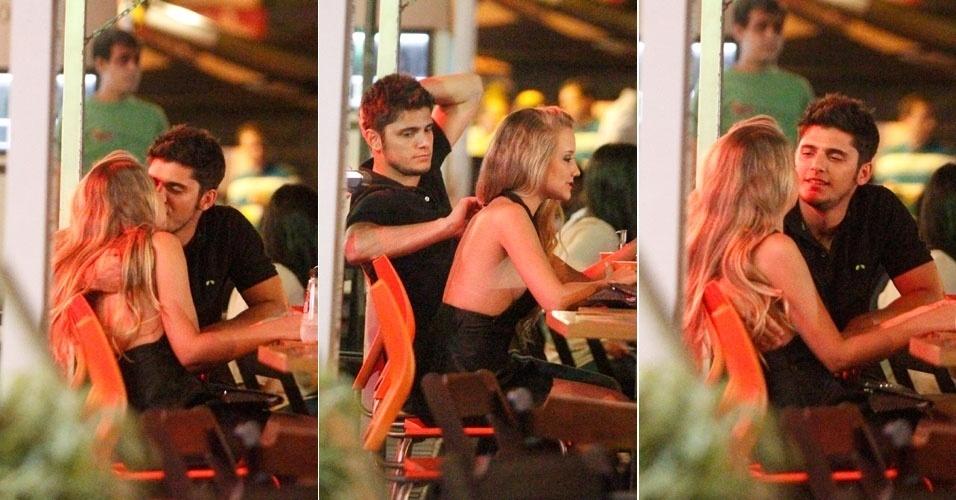 Bruno Gissoni beija a namorada em restaurante japonês na Barra da Tijuca, no Rio de Janeiro (18/10/12)