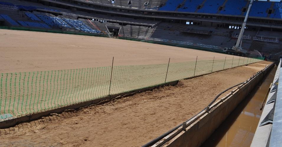 Fosso impede 'invasão' de torcedores ao campo da Arena do Grêmio