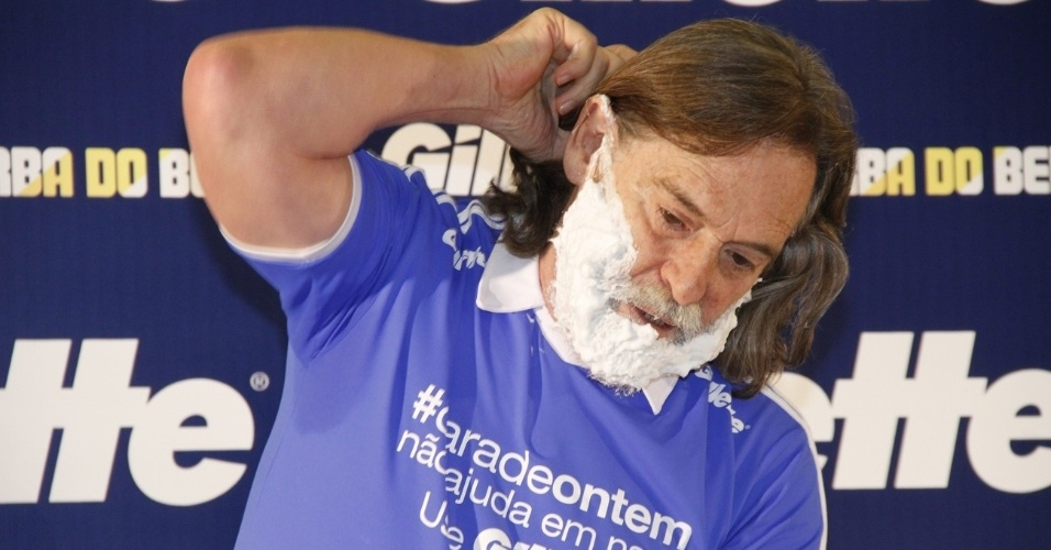 José de Abreu raspa a barba do personagem Nilo, de