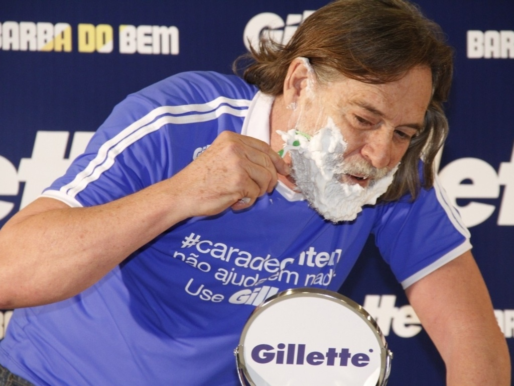 Jos de Abreu raspa a barba do personagem Nilo, de 