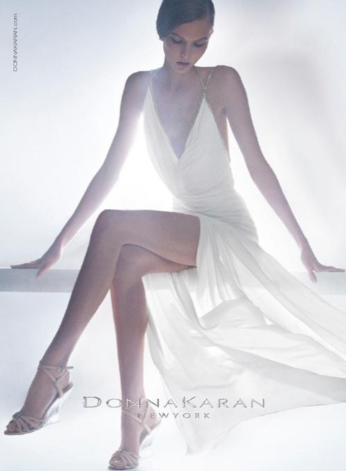 Karlie Kloss em campanha para a coleção Resort 2013 da Donna Karan