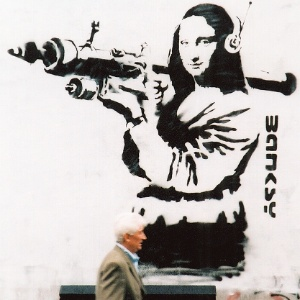 """Monalisa segura uma míssel em obra de Bansky presente no livro """"Guerra e Spray"""""""