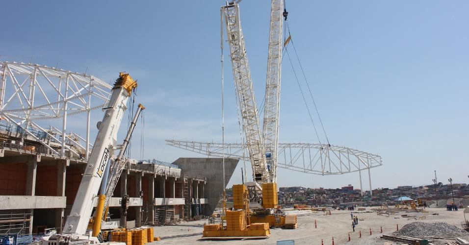 19.10.2012 - Na segunda quinzena de outubro de 2012, construtora responsável pela obra do Itaquerão instala estruturas da cobertura