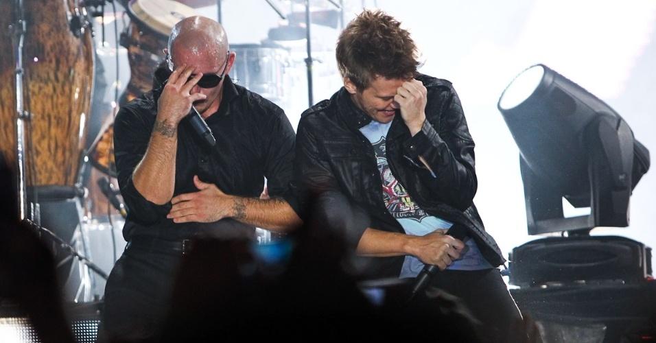 """O sertanejo Michel Teló canta junto de Pitbull em show da turnê do rapper americano """"Planet Pit - World Tour 2012"""", no Espaço das Américas, em São Paulo (18/10/12)"""