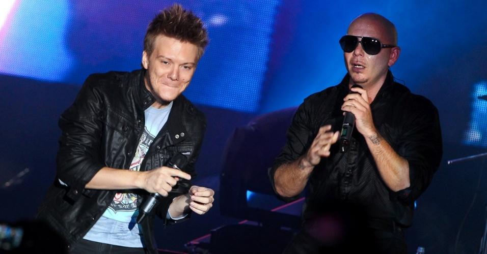 O sertanejo Michel Teló canta junto de Pitbull em show da turnê do rapper americano ?Planet Pit ? World Tour 2012?, no Espaço das Américas, em São Paulo (18/10/12)