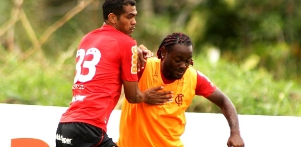 Vagner Love disputa a bola durante treino do Flamengo