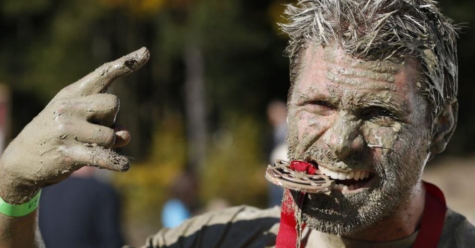 Austríaco comemora com sua medalha após completar a Wild Boar Dirt Run uma corrida de cross country com obstáculos e muita lama. Cerca de mil pessoas participaram da tradicional prova, que é anual