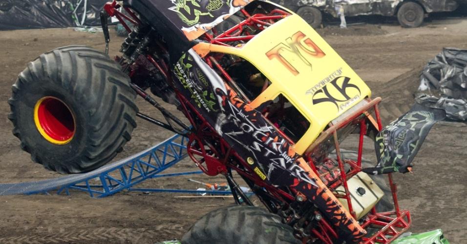 Competidores demolem carros em um evento do Monster X Truck na Polônia, neste sábado