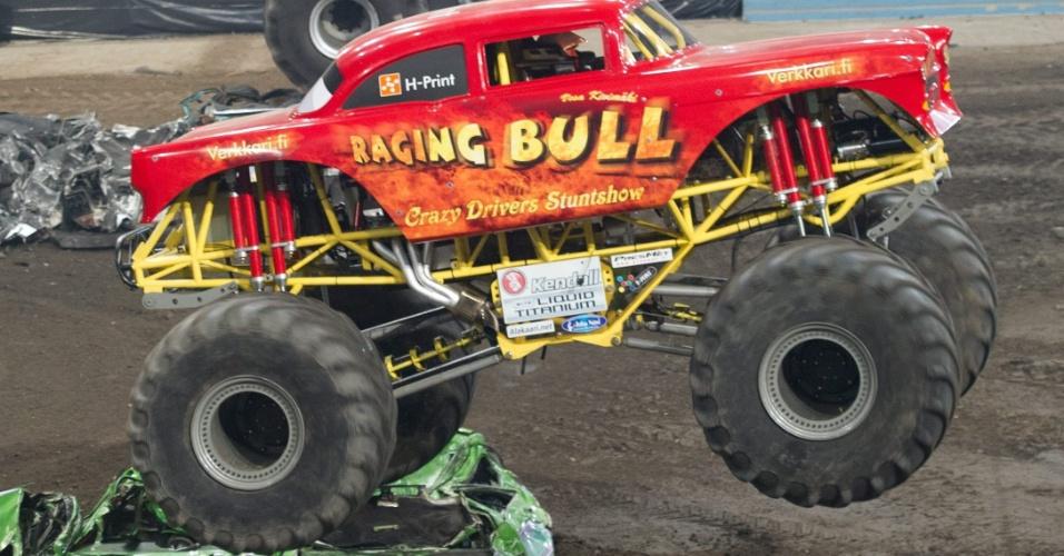 Competidores demolem carros em um evento do Monster X Truck na Polônia, neste sábado; competição tem manobras destes veículos gigantescos e de motos