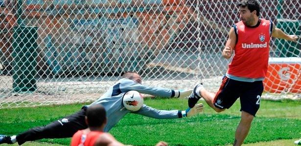 Deco e Cavalieri disputam bola em treino do Fluminense nas Laranjeiras
