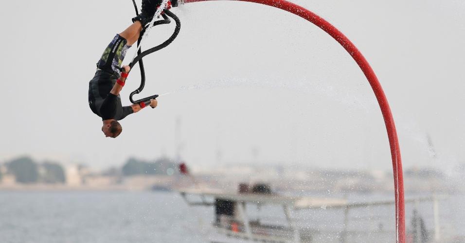 Espanhol Lindsay McQueen fica de ponta-cabeça ao realizar manobra em evento de flyboard, em Doha, Qatar