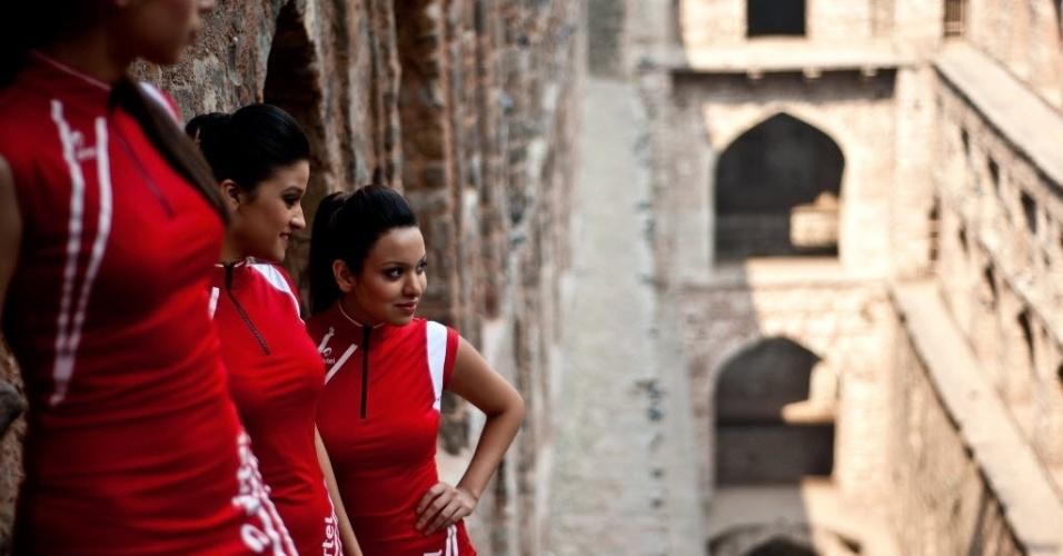 Grid girls do GP da Índia participam de sessão promocional de fotos no monumento Agrasen ki Baoli, em Nova Déli (20/10/2012)