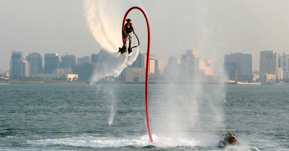 Holandês Arnoud Stoppels realiza manobra com um Flyboardo, equipamento que permite