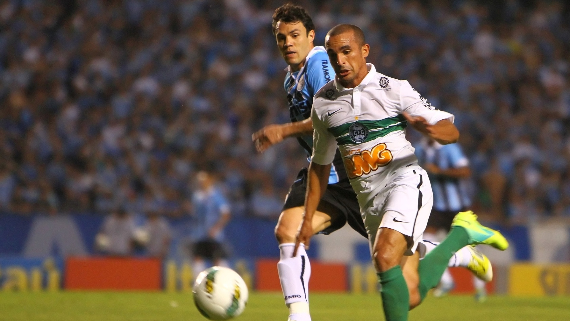 Kleber persegue jogador do Coritiba durante jogo no Olímpico, pela 32ª rodada do Brasileiro