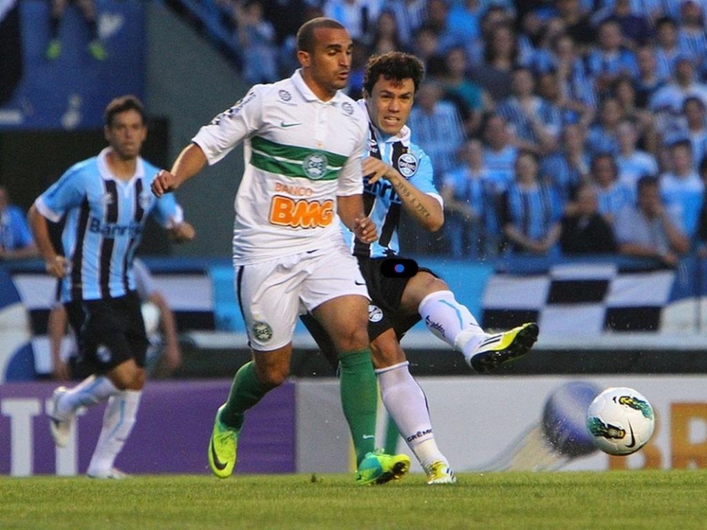 Kléber supera marcação do Coritibia e consegue o passe durante jogo no Olímpico pela 32ª rodada do Brasileiro